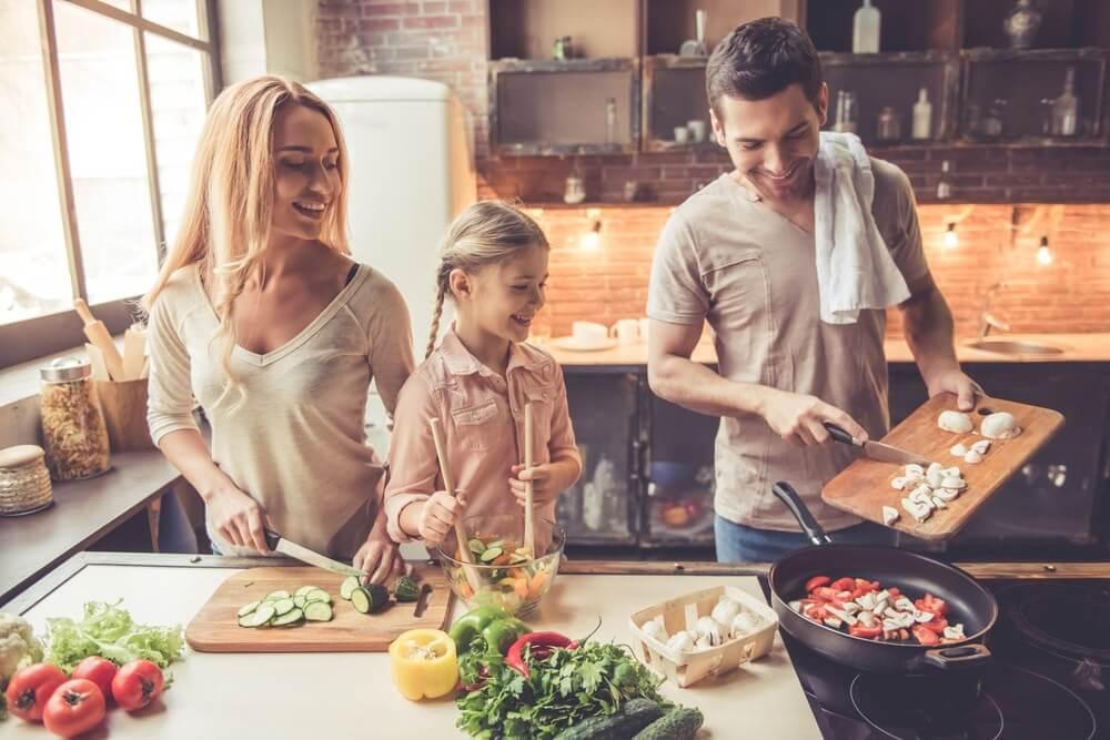 Gezin in de keuken