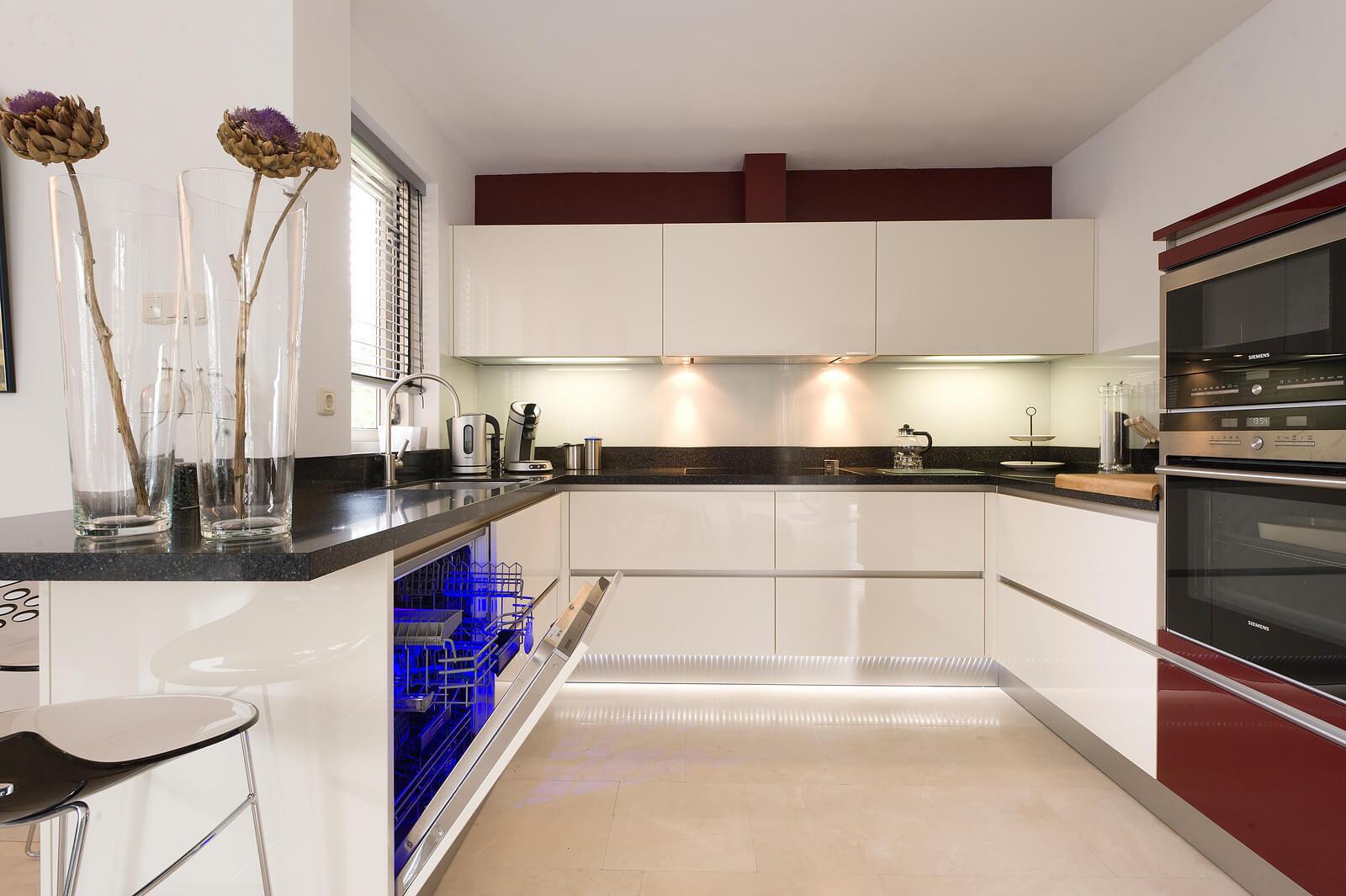 Strakke greeploze keuken hoogglans wit