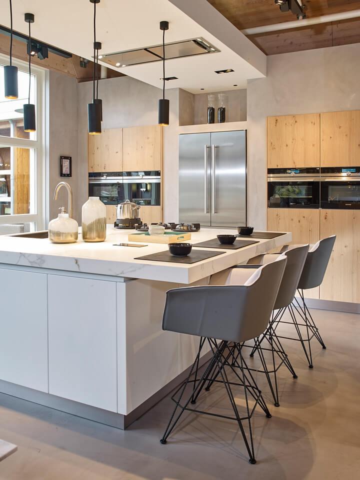 Keuken met kookeiland en bar