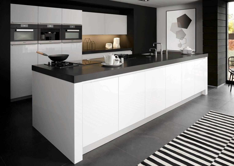Witte keuken met zwart blad
