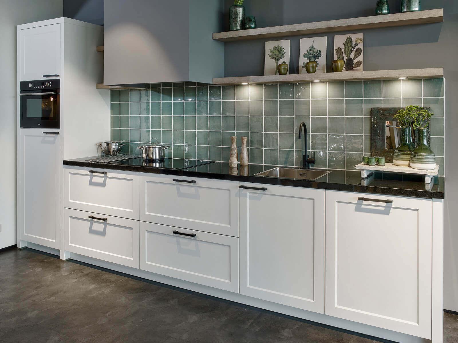 Witte keuken met zwart aanrechtblad