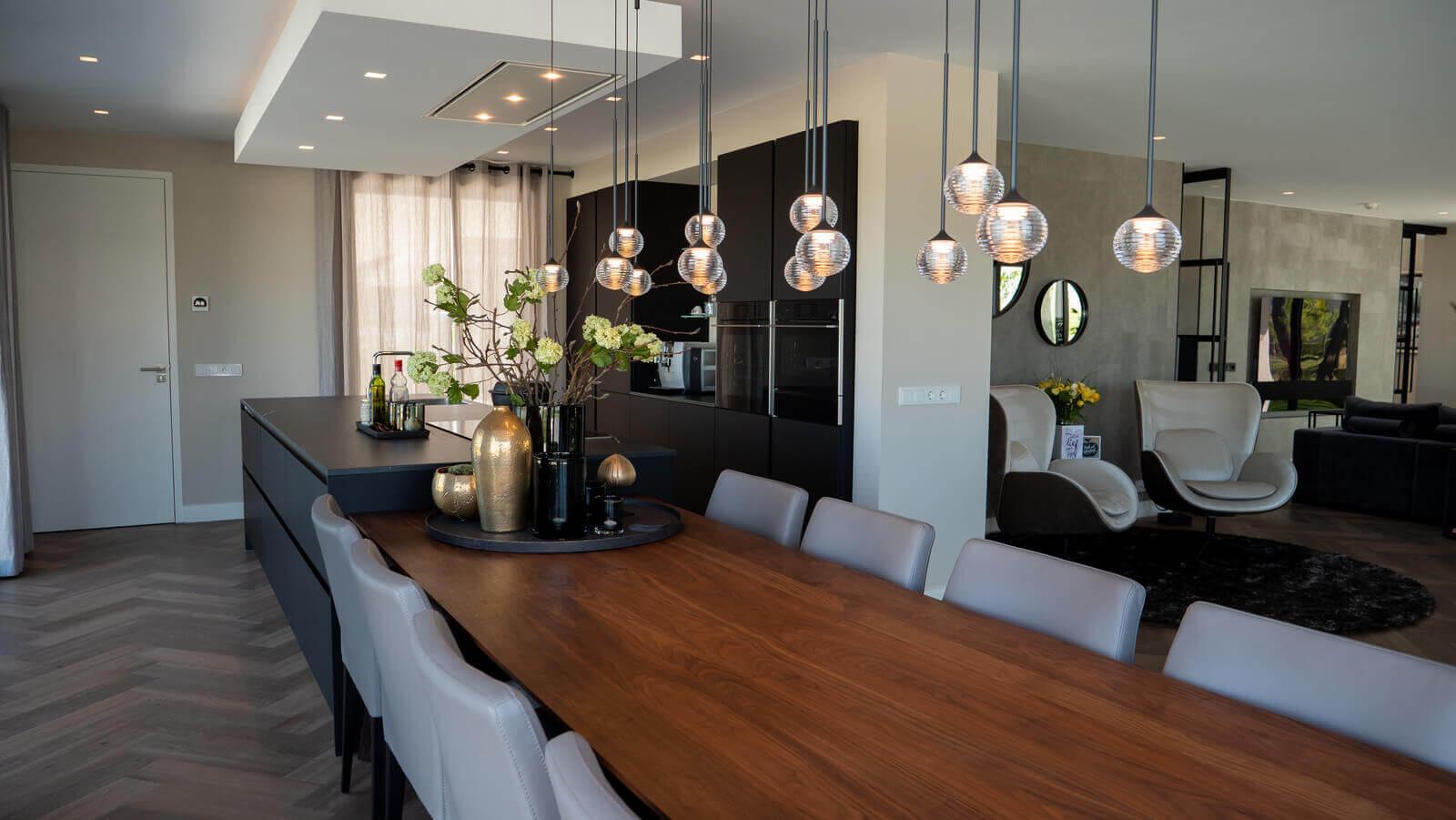 Zwarte keuken met hout