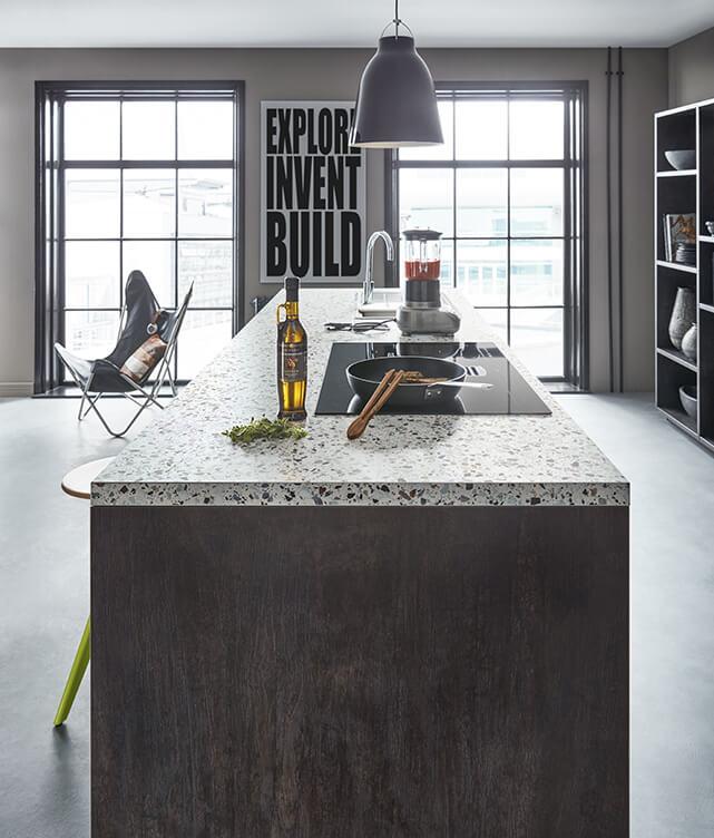 Zwarte keuken met wit blad