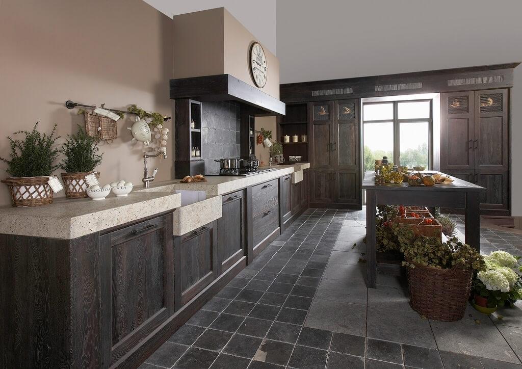 Zwart houten keukenblok donkere tegels