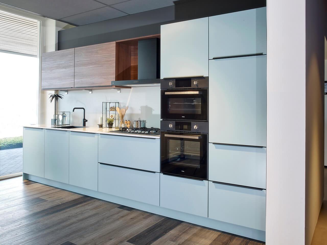 Witte standaard keuken houten bovenkasten