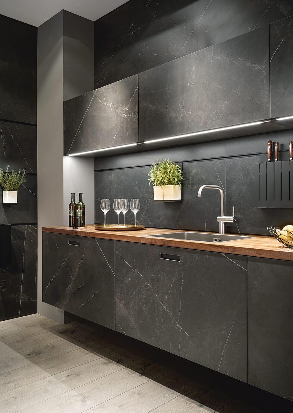 Houten keukenblad moderne zwarte keuken