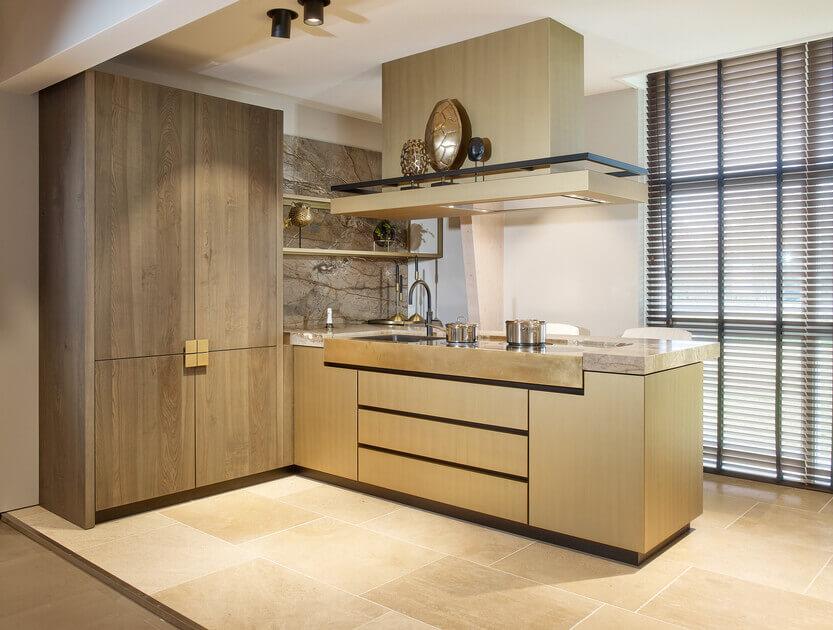 Houten keukenfronten in een moderne met goud afgewerkte keuken