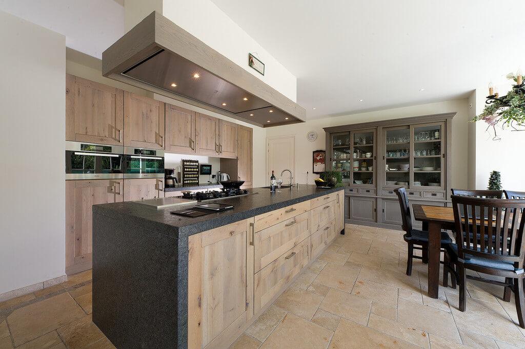 Landelijke keuken massief hout met kookeiland