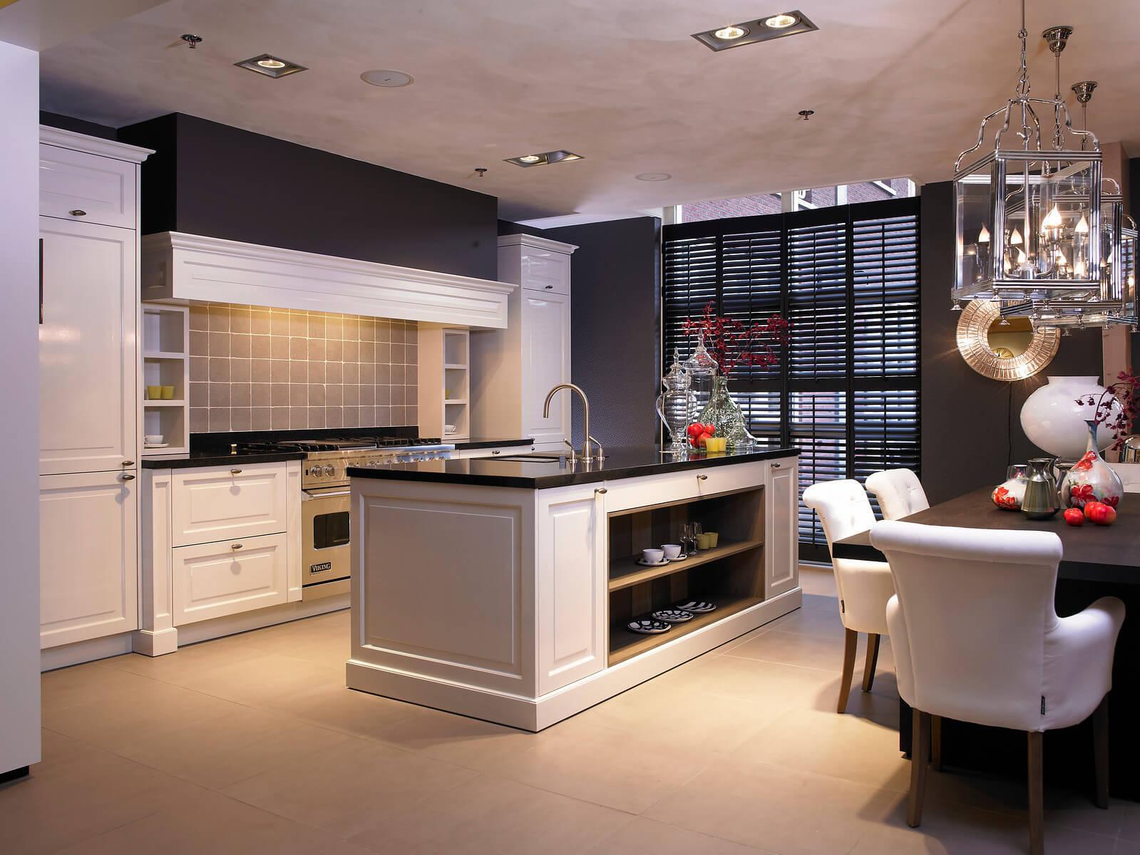 Witte landeljke keuken met grijze tegels