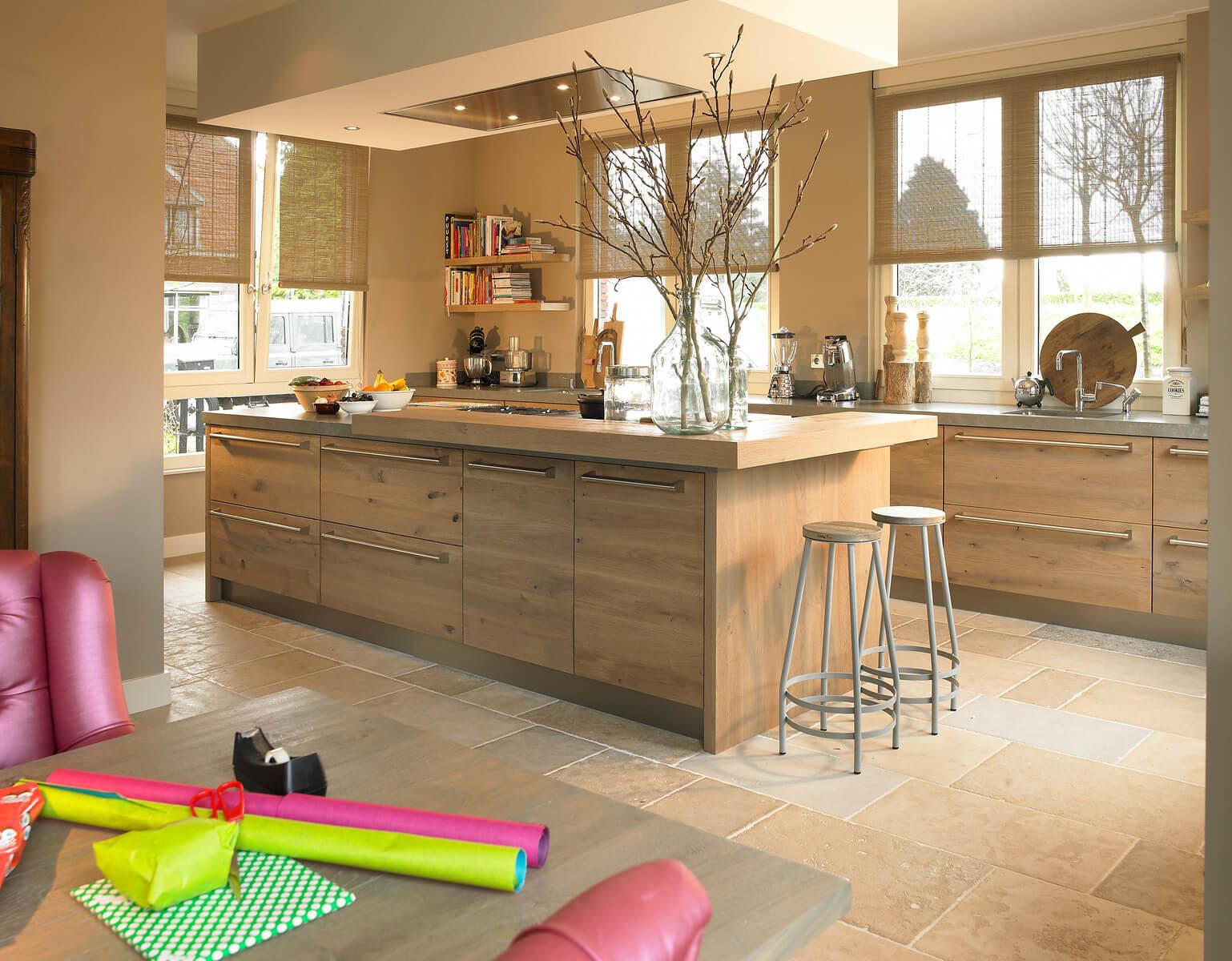 Keuken met geintegreerde eettafel woonkeuken