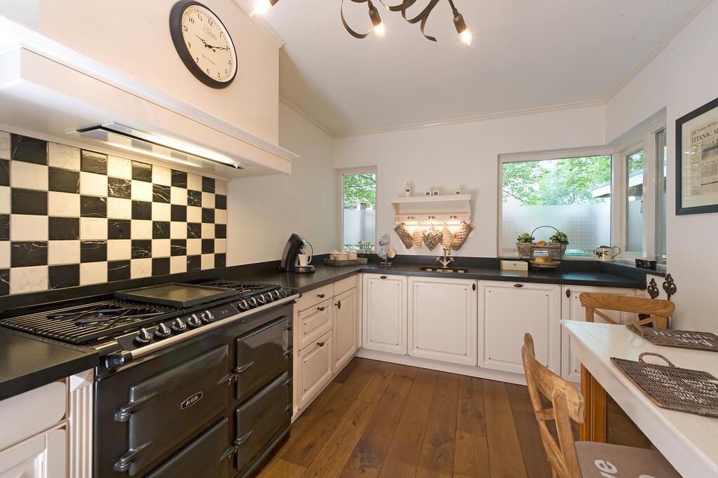 Landelijke keuken zwart witte tegels