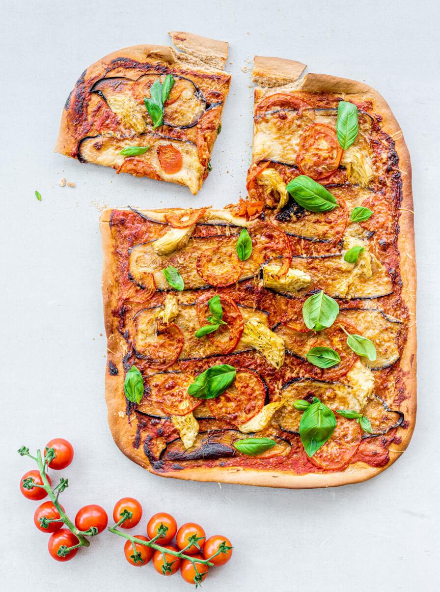 Volkoren plaatpizza met gegrilde aubergine en artisjok
