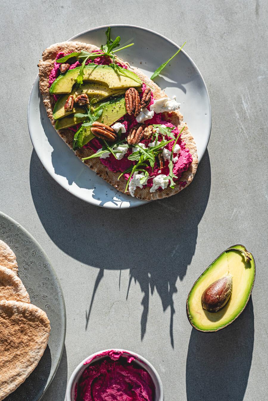 Volkoren pita met rode biet gietenkaas en avocado