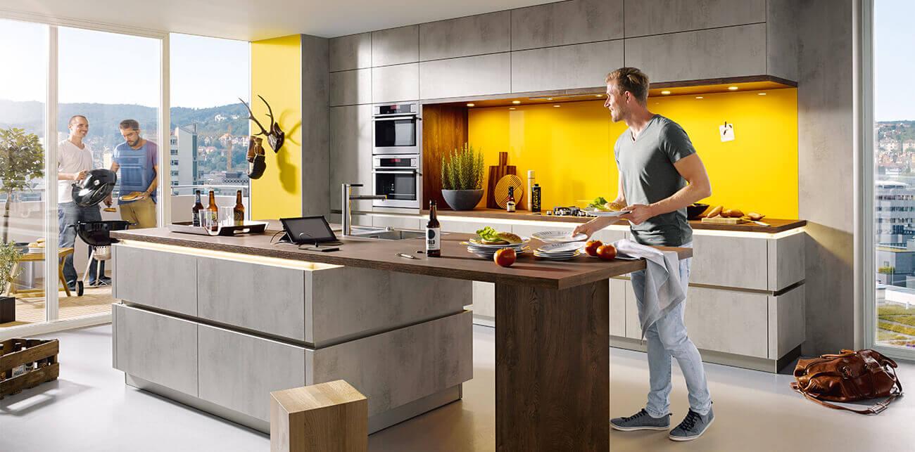 Grijze keukens met gele tinten