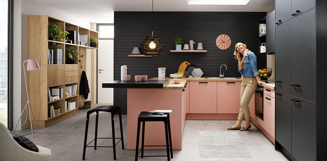 Roze keuken met zwarte achterwand
