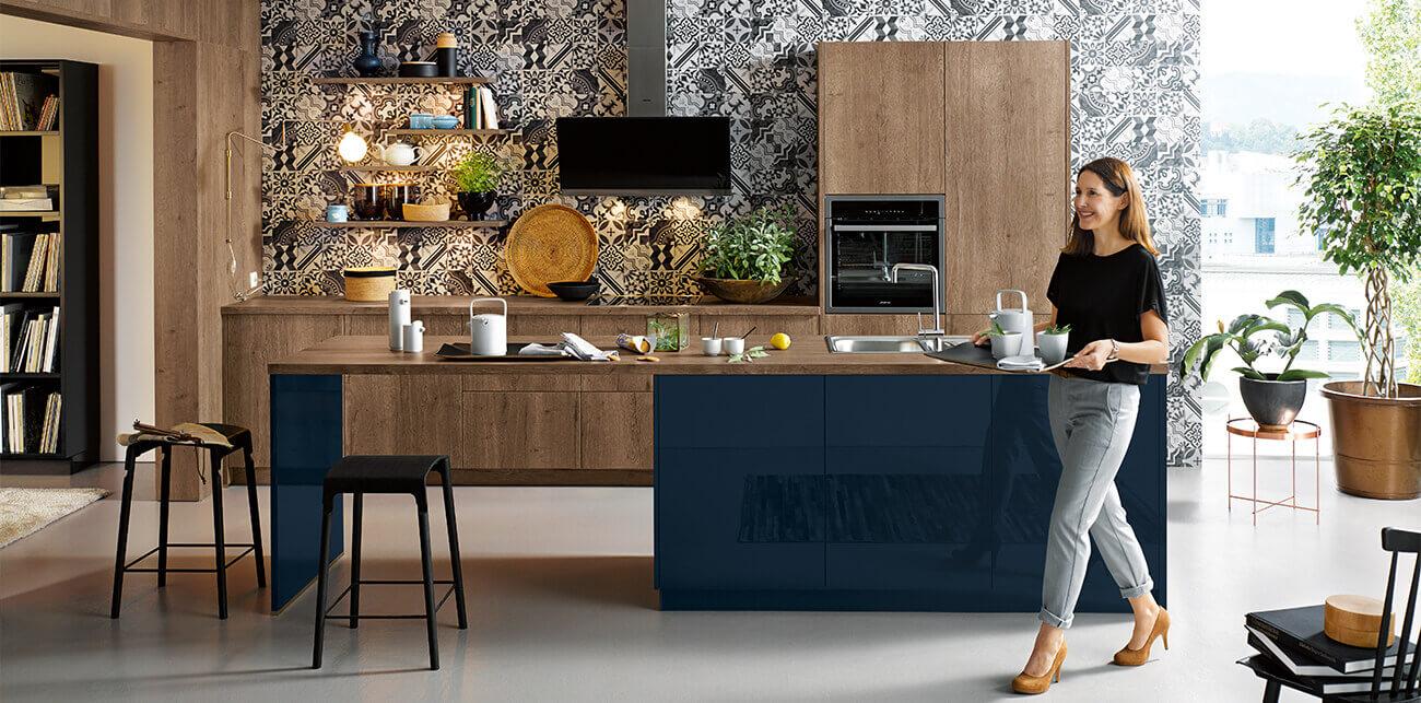 Blauwe keuken met houten fronten