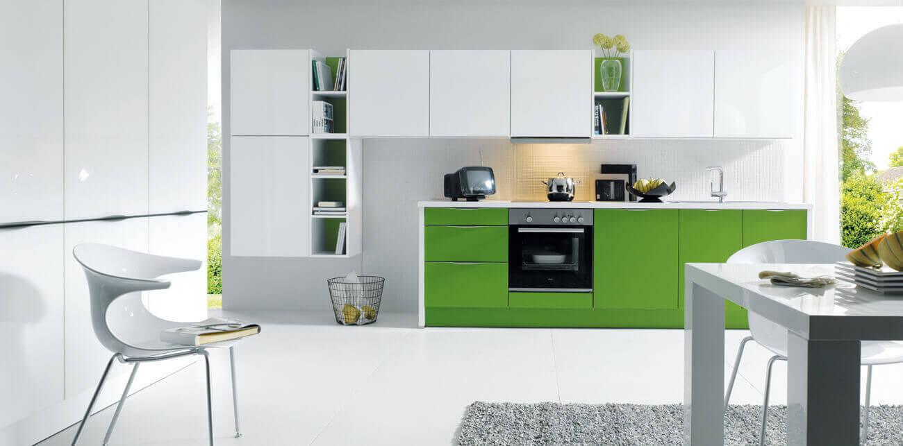 Groene keukens gecombineerd met wit