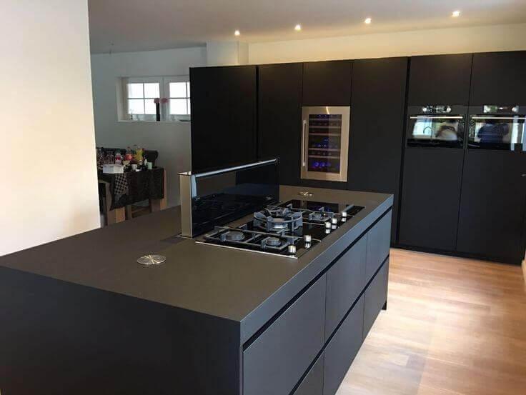 Donkere moderne keuken