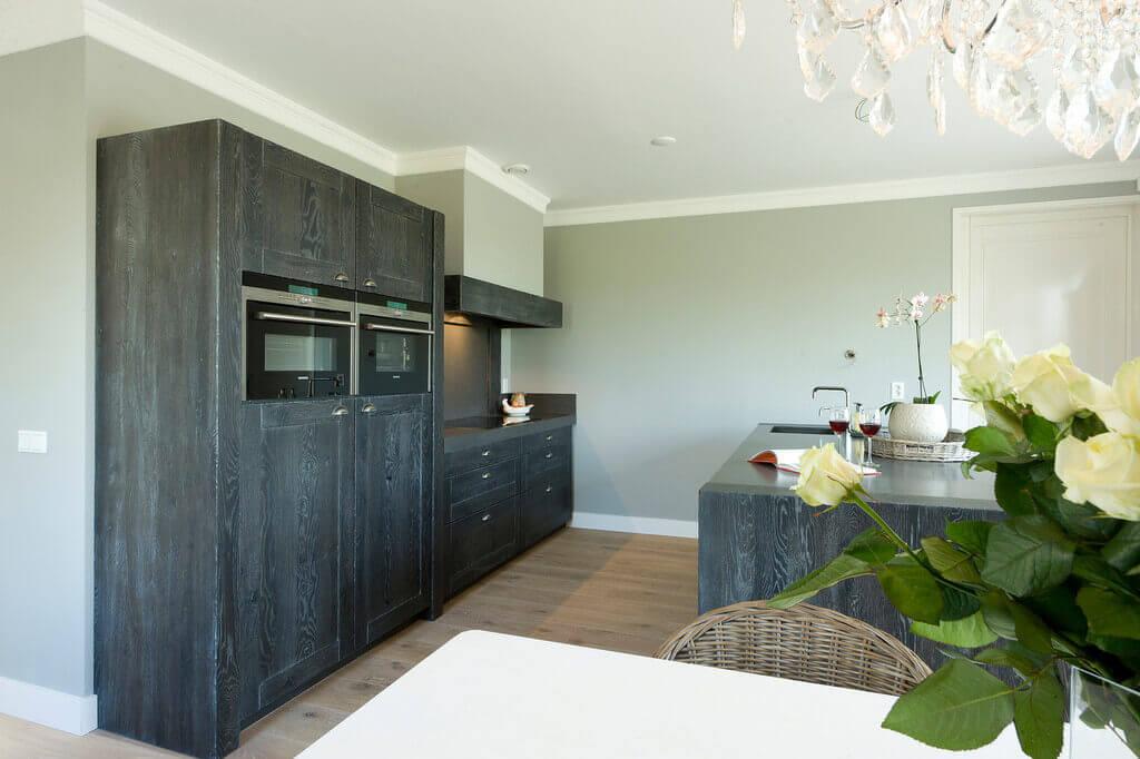 Grijze handgemaakte keuken
