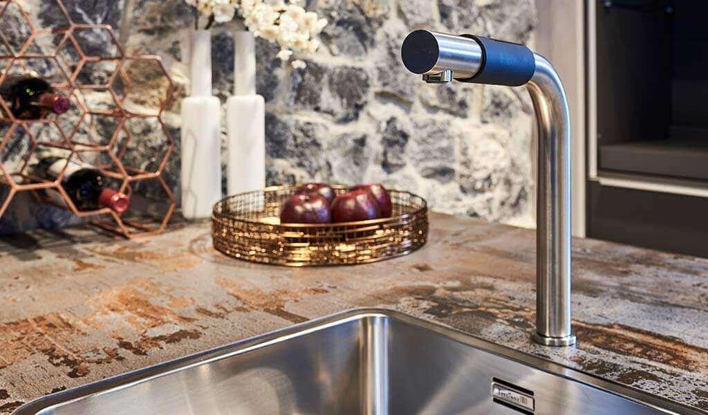 Vleugje koper en goud verwerkt in de keuken
