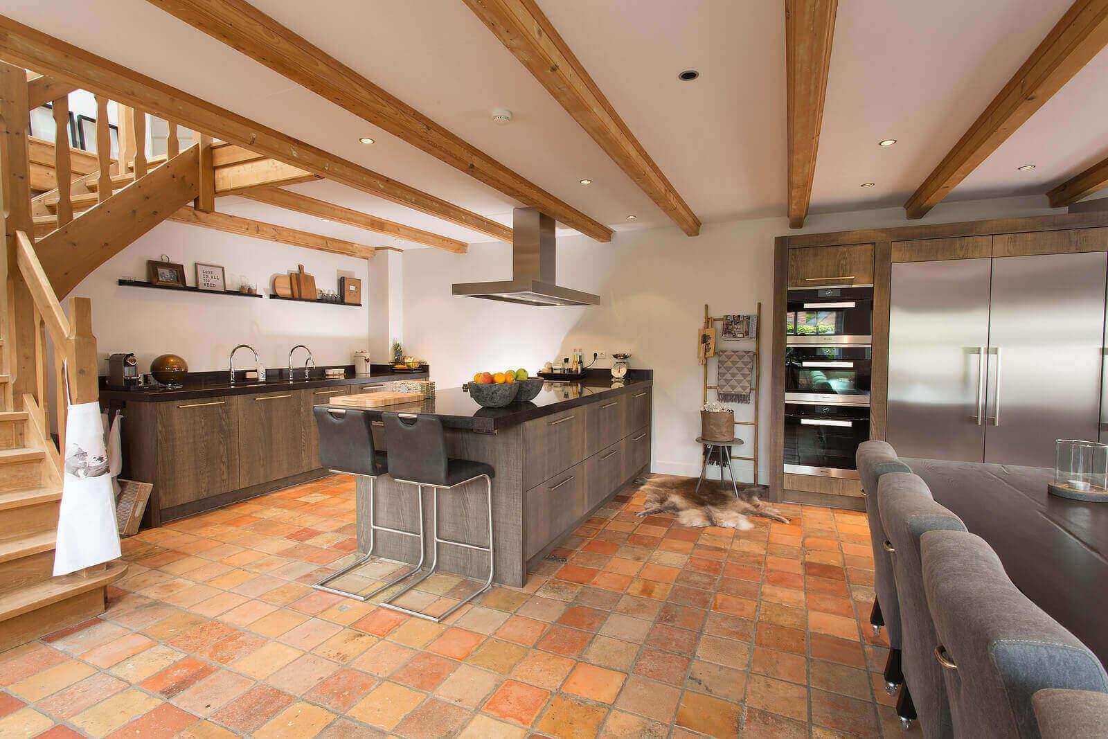 Donkere houtlook keuken