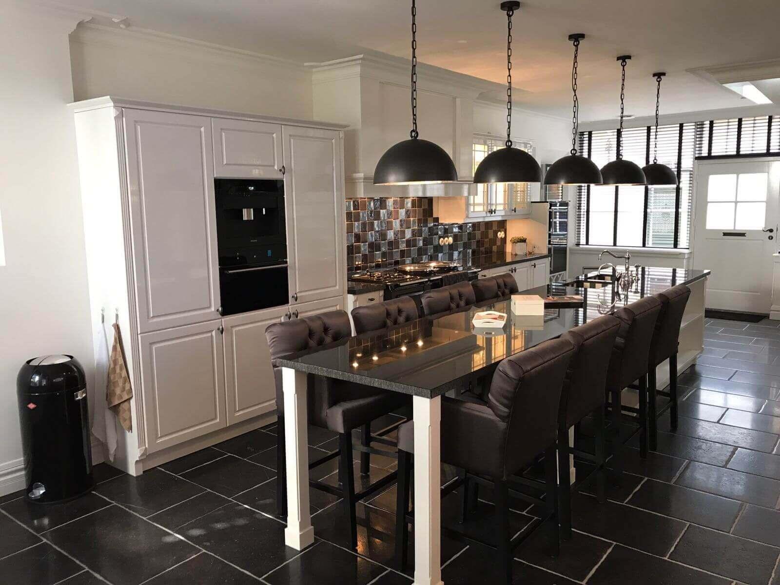 Witte keuken met krachtige opstelling