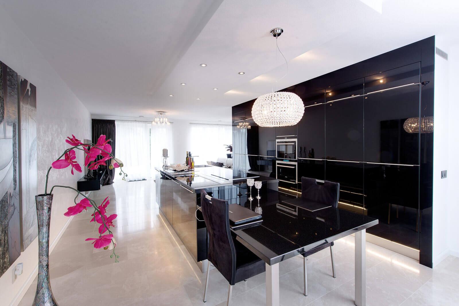 Zwarte keuken met hoogglans