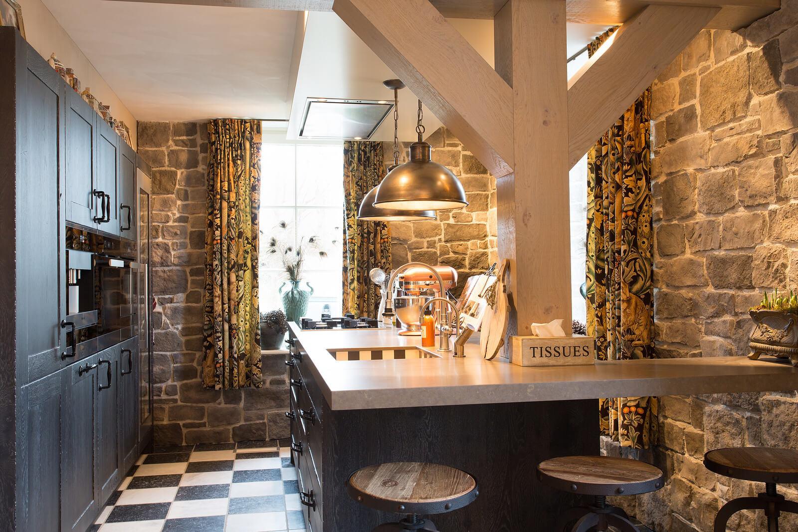 Keuken met bar van Tieleman Keukens