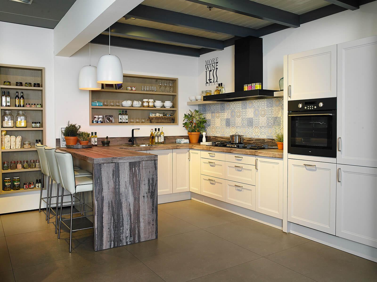 Keukens met bar van Tieleman Keukens